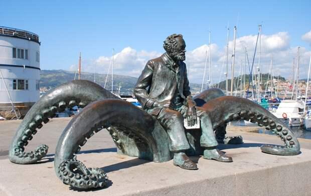 Жюль Верн, сидящий на гигантском кальмаре. Испания. Виго. Около здания Мореходного клуба.