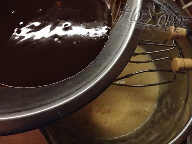 Аккуратно вводим шоколад в яичный крем