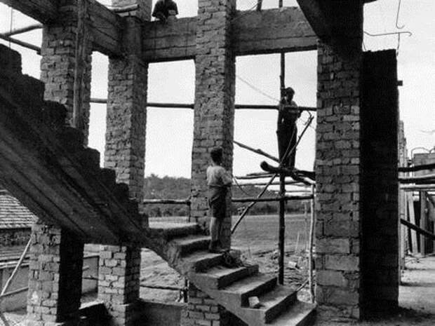 Дети строят школу