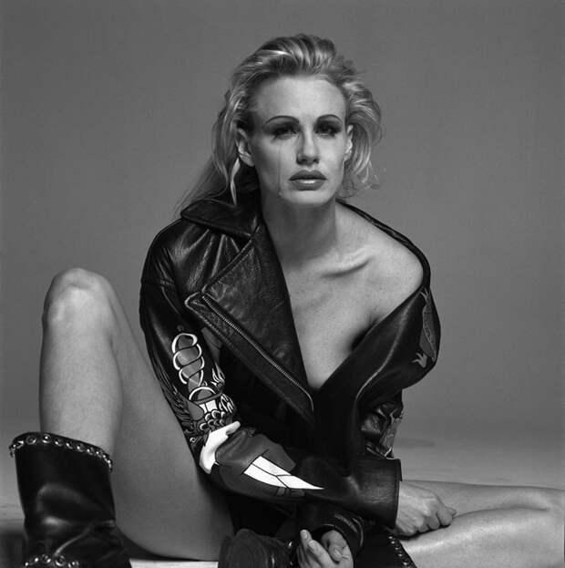 Дэрил Ханна (Daryl Hannah) в фотосессии Мишеля Комте (Michel Comte) для журнала L'uomo Vogue (1996), фотография 8