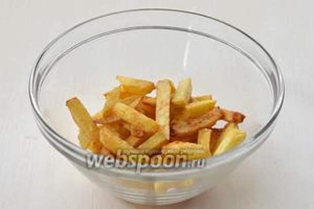 Горячий картофель посыпать солью и по желанию паприкой.