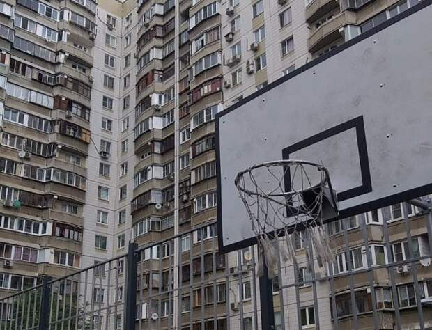 Сетку баскетбольного кольца заменили на спортплощадке на Братиславской