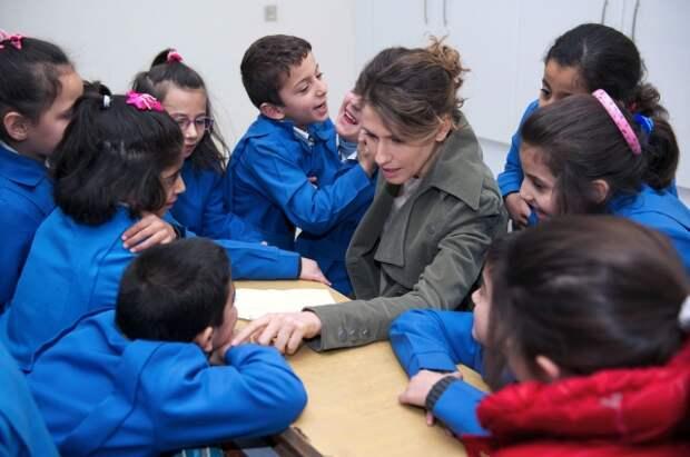 Асма Асад посетила школу в Дамаске.
