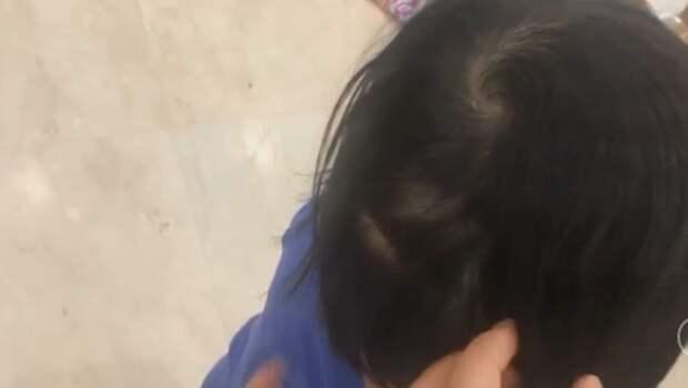 Уставшая мама легла отдохнуть, а в это время ее дочки решили поиграть в парикмахеров