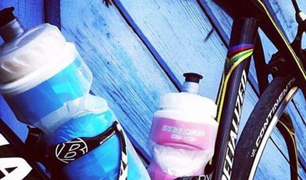 Бутылка с креплением IberaСтоимость: 1 090 рублей Довольно просто — чтобы оставаться на ходу, вам нужно поддерживать адекватную гидрацию организма. Решить проблему просто, установив на велосипед специальную бутылку с креплением.