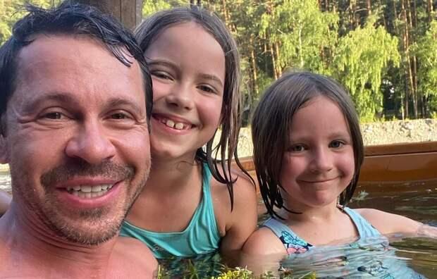 Павел Деревянко отдал дочерей в элитную школу