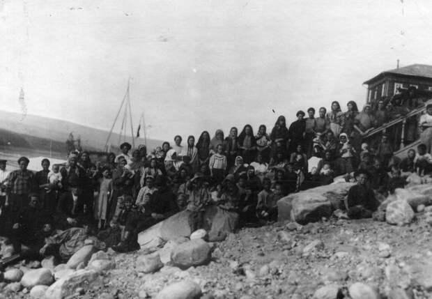04. Группа женщин и детей. 1912