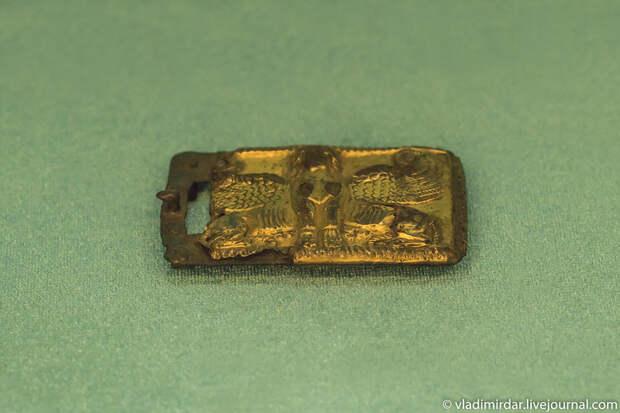 Пряжка с изображением крылатого сфинкса. Золото сарматов.
