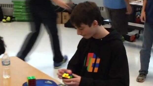 Американский школьник собрал кубик Рубика за 4,9 секунды