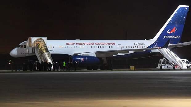 Трое членов первого в истории киноэкипажа вернулись в Россию после полета на МКС