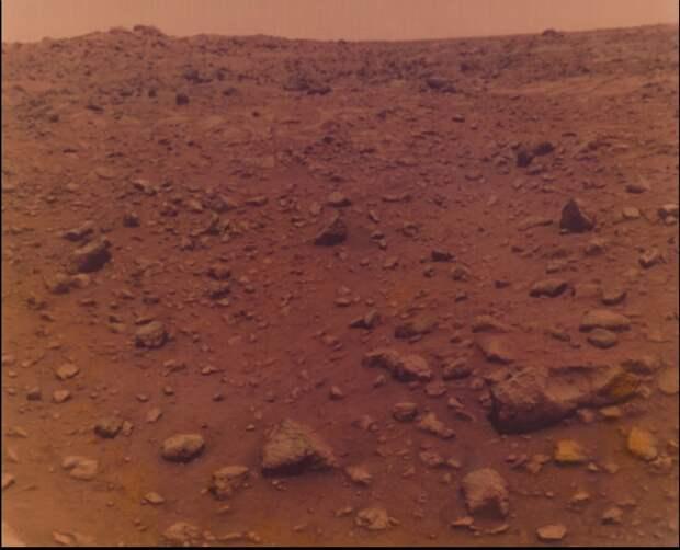 1976. «Викинг» на Марсе. Одна из первых фотографий планеты