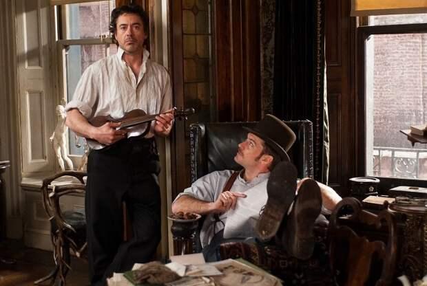 Роберт Дауни-младший неплохо передаёт любовь Холмса к театральности.