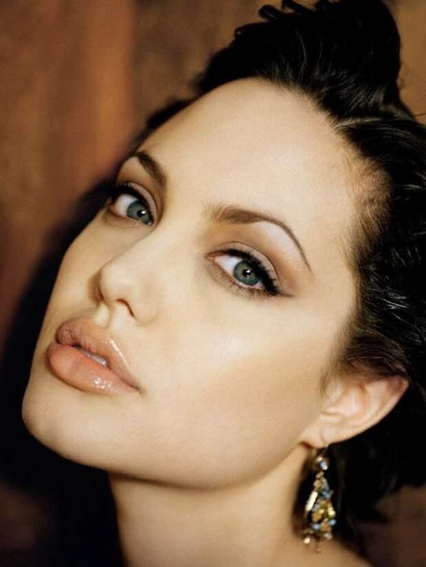 Анжелина Джоли знает, как выгодно выделить губы