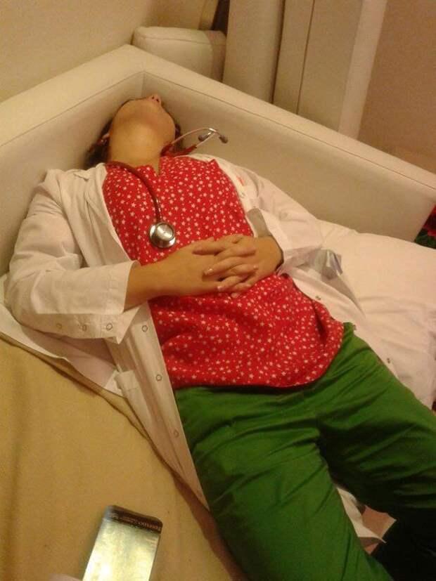 Если врач не спит на работе, значит он плохо работает