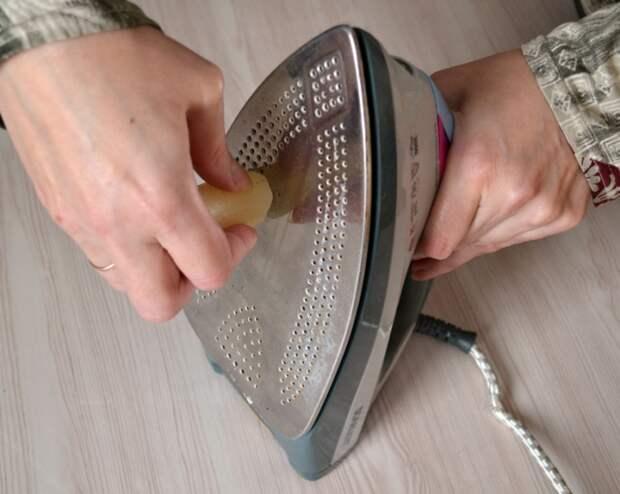 Обычная свеча очистит подошву утюга. /Фото: happymodern.ru