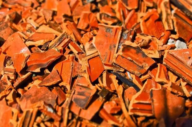 Разбитую плитку убрали со двора дома на Смольной
