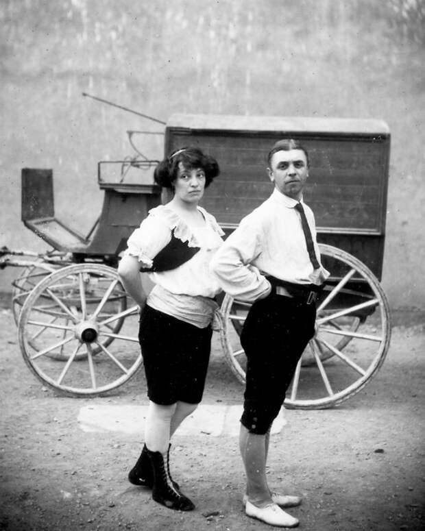 Странные костюмы, акробаты и жутковатые клоуны — фотографии бродячего цирка 1910 года