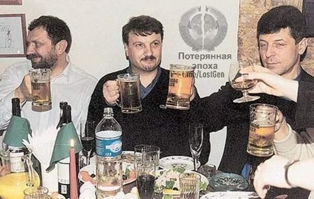 Председатель правления Сбербанка России Герман Греф употребляет пиво в компании Владислава Резника и Дмитрия Козака, 1999 год