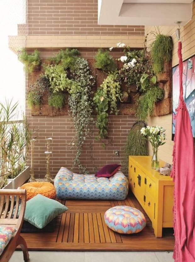 А если у вас нет подходящей для балкона мебели, то пуфики и большие подушки выручат вас дизайн, креатив, своими руками