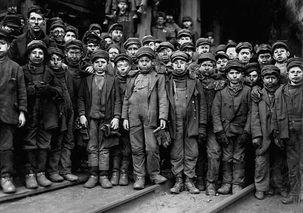 13. Несовершеннолетние шахтеры, нанятые для работ в угольных шахтах компанией Pennsylvania Coal Company. США. 1911 год. исторические фотографии, история, фото