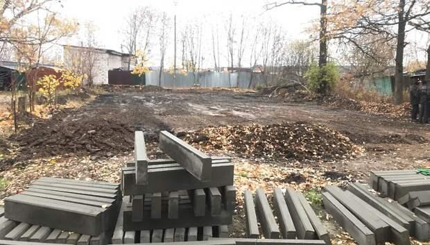 На Школьной улице в Подольске приступили к строительству хоккейной коробки