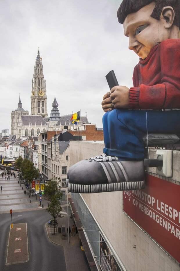 Вечный читатель на одной из библиотек Бельгии