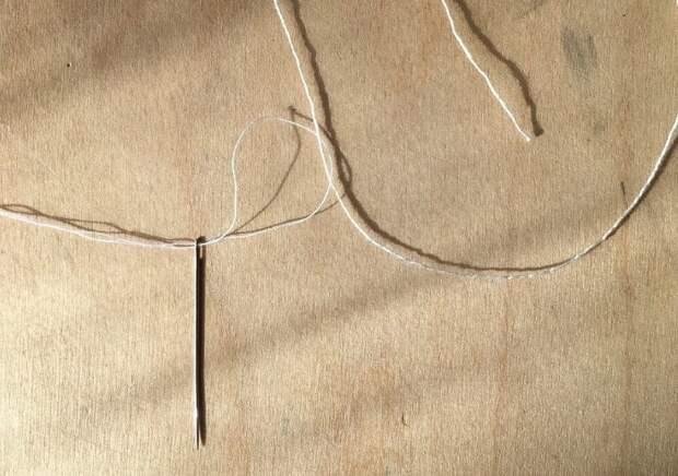 Чтобы продеть толстую нитку, сделайте петельку из более тонкой / Фото: burdastyle.ru