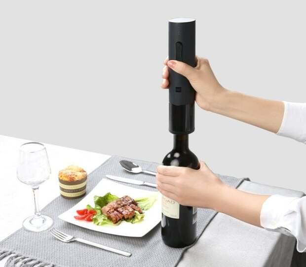 Штопор — штука полезная, особенно если пользоваться им может любой. /Фото: touch.com.ua