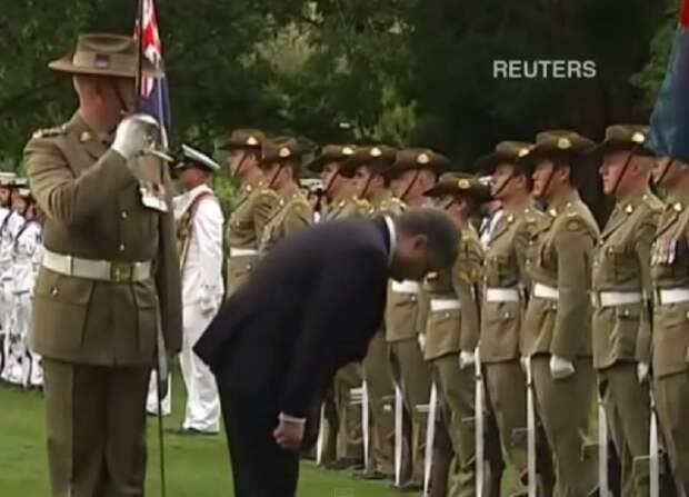 Порошенко раскланялся почётному караулу во время визита в Австралию