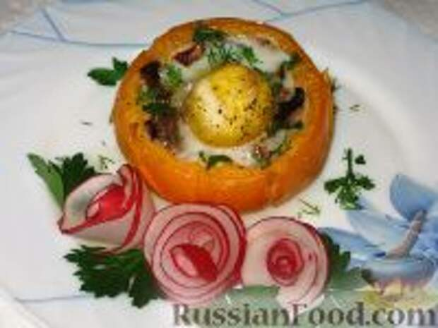 Фото приготовления рецепта: Яичница с ветчиной и грибами в помидоре - шаг №6