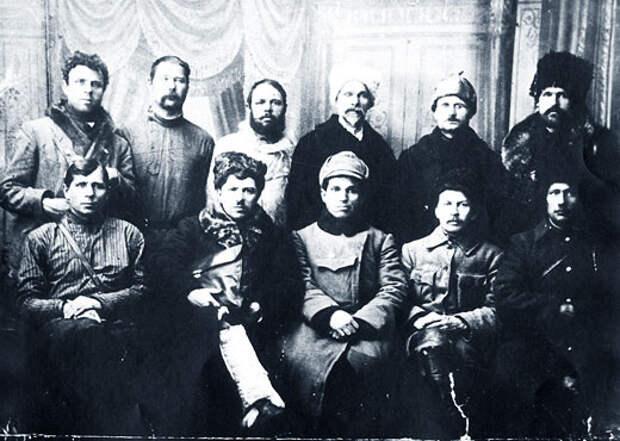Руководители Тасеевской республики. Крайний слева в нижнем ряду — И.А. Вашкорин.