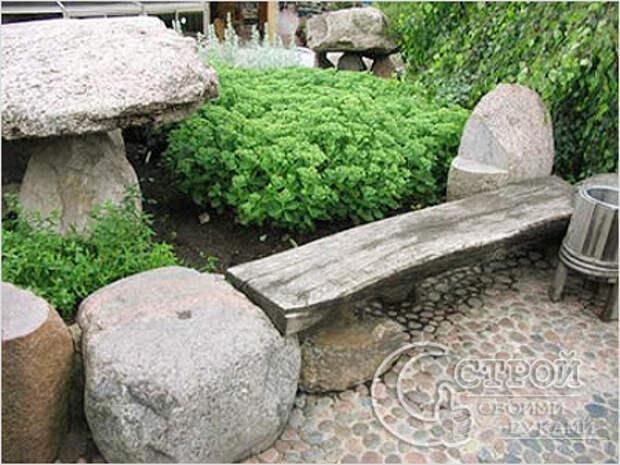 Скамейка на камнях