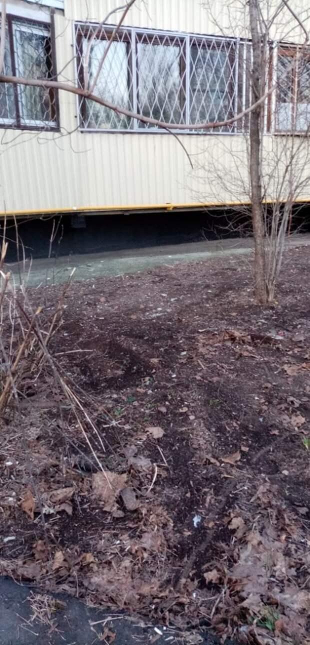 Коммунальщики убрали гору мусора под окнами дома в Беринговом проезде