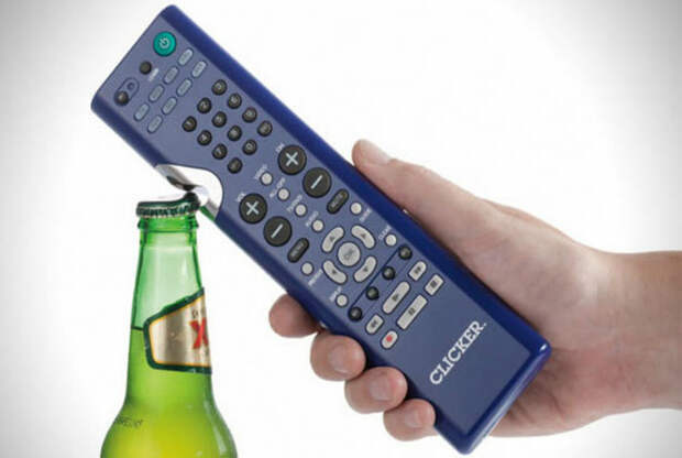 Пульт дистанционного управления, оснащенный открывалкой для бутылок.