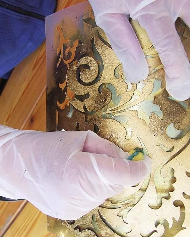 Через 7-10 минут возьмите другой кусочек губки, смочите его патиной. Произвольно нанесите патину в некоторых местах рисунка.