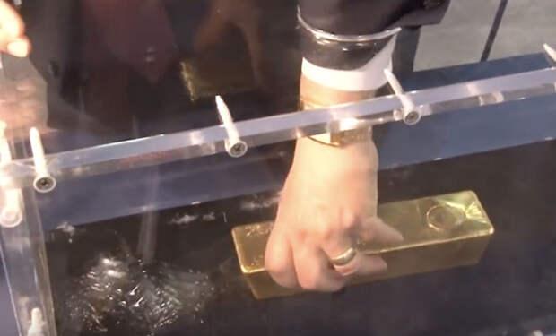 Вытаскиваем золотой слиток: ящик, куда надо просто засунуть руку