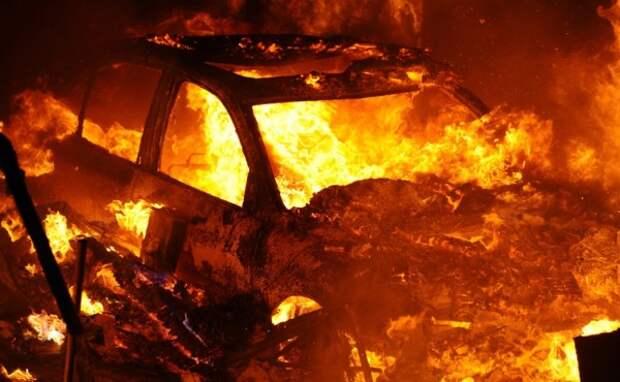 Массовое сожжение: в Симферополе ночью сгорели 3 машины (ФОТО)