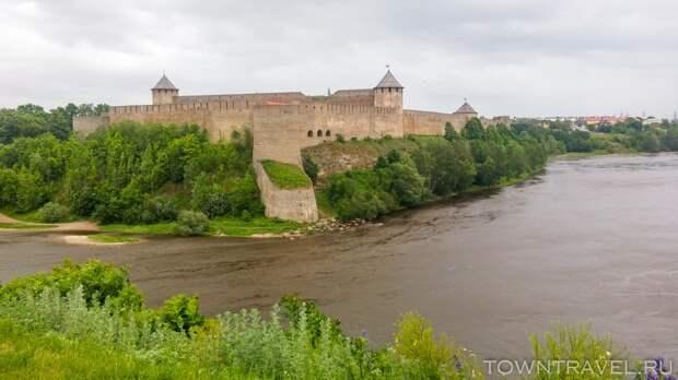 26 Вид на Ивангород из Нарвского замка