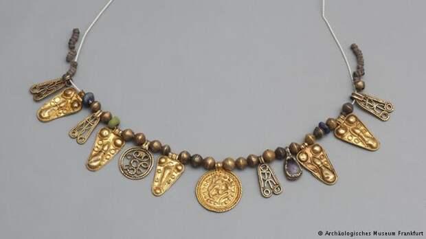 В центре ожерелья принцессы - золотой скандинавский медальон