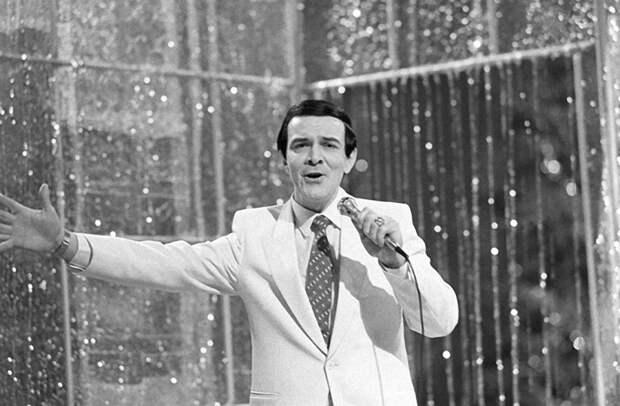 Муслим Магомаев во время выступления на новогоднем  Голубом огоньке. 1983 год. Фото Созинова Виталия. Фотохроника ТАСС