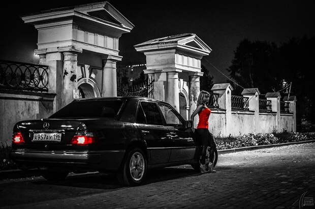 Девушка и Мерседес в ночном городе грехов.