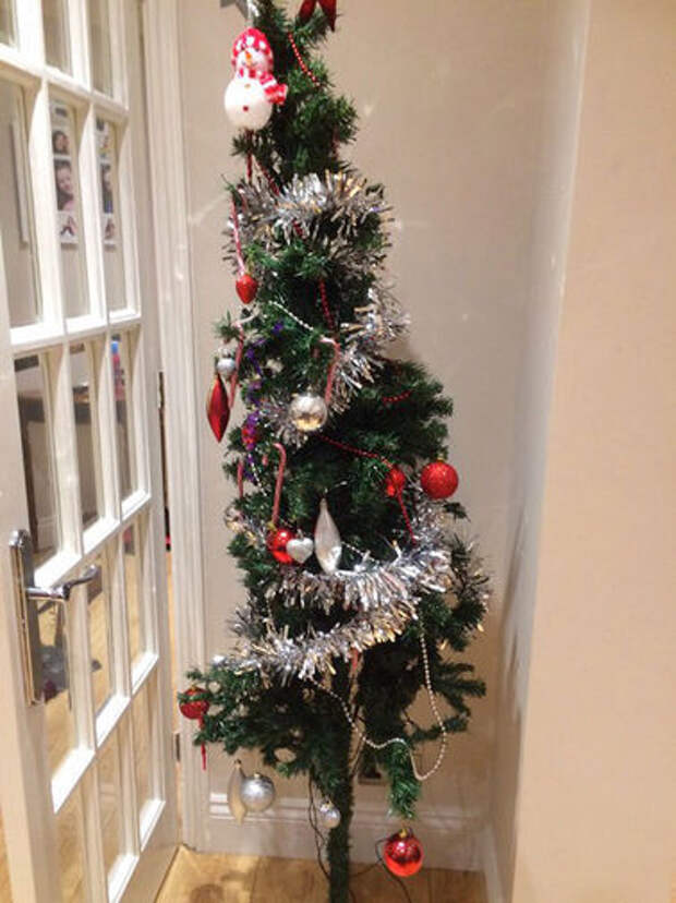 Британцы ищут «самую ужасную» рождественскую елку в мире