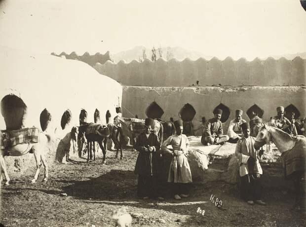 Мужчины и лошади в караван-сарае