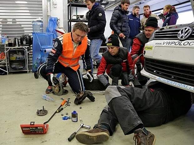 В гонке у команды B-Tuning должно было быть три автомобиля, но в пятницу на тренировках на одном из Volkswagen Polo вышла из строя коробка передач, и Андрею Севастьянову пришлось временно переквалифицироваться из пилота в механика и помогать другим экипажам, уже в боксах. Впрочем, Андрея это ничуть не смущало.