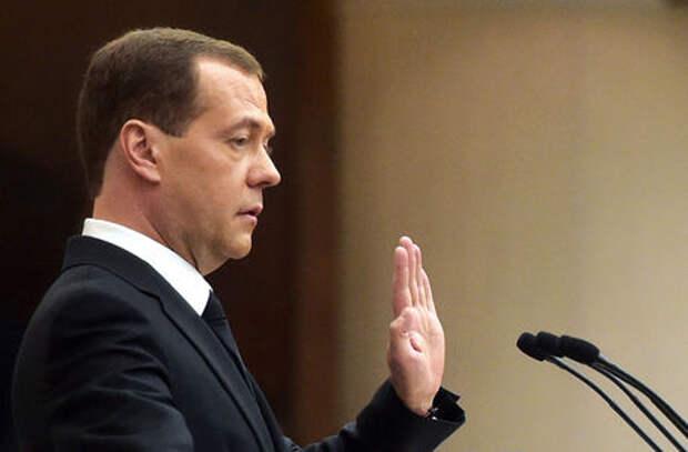 Медведев против отмены транспортного налога