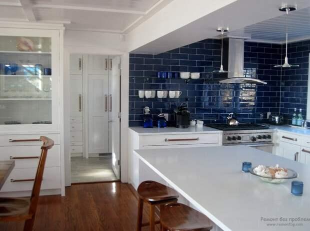Кухня в темно-синем оформлении
