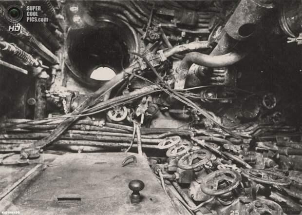 Великобритания. Уолсенд, Тайн-энд-Уир, Англия. 1918 год. Центральный пост и люк, ведущий к боевой рубке. (Tyne & Wear Archives & Museums)