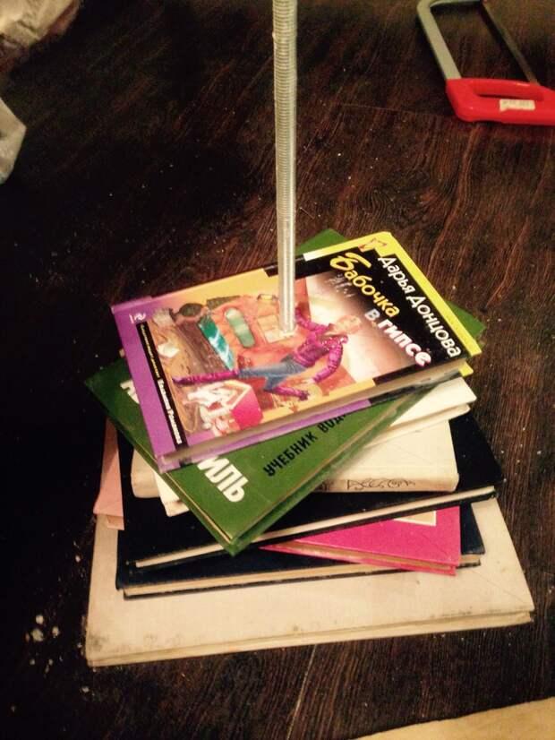 Далее размечаем середину книги и сверлим дыру по диаметру совпадающую с диаметром шпильки. своими руками, сделай сам