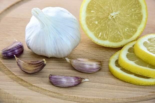 Врач заявила о вреде чрезмерного употребления чеснока и лимона при COVID-19