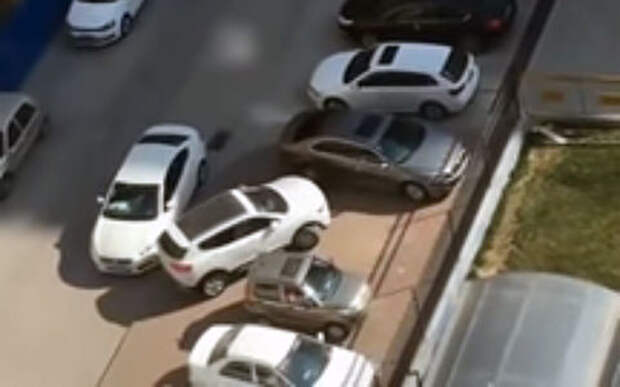 Скромный водитель показал мастер-класс выезда с парковки